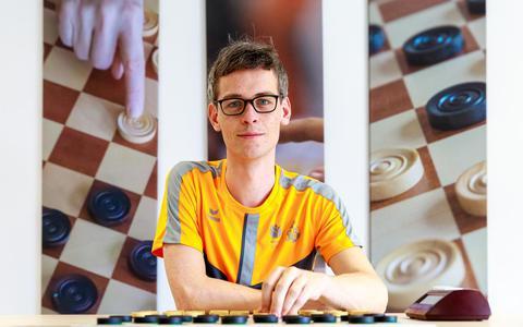 Dammer Roel Boomstra uit Groningen speelt eindelijk om de wereldtitel tegen de geniale Rus Alexander Georgiev. En dat doet hij in een coronavrije bubbel in Eindhoven