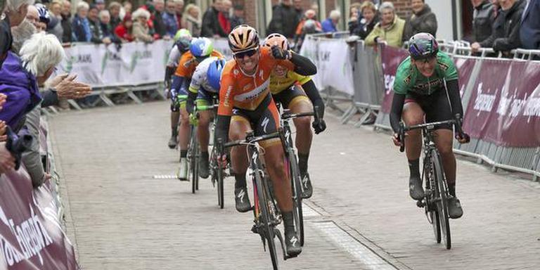 Chantal Blaak is Lisa Brennauer (groen) en Ellen van Dijk (geel) te snel af en schrijft de tweede etappe van de Energiewacht Tour op haar naam. FOTO RUDIE OTTENS
