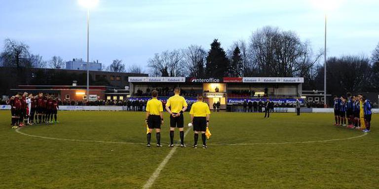 Voor aanvang van de wedstrijd WVV - Hoogezand in de eerste klasse zondag wordt zaterdagavond een minuut stilte gehouden ter nagedachtenis van Johan Cruijff. FOTO JAN KANNING