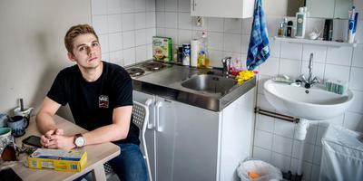 Handballer Jens Flos op zijn krappe studentenkamer: ,,Ik sta nu voor het eerst op eigen benen en kan doen en laten wat ik wil.'' Foto Corné Sparidaens