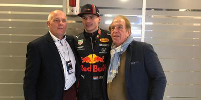 Henk Brink (links) bezoekt samen met de Asser Formule 1-promotor Lee van Dam (rechts) Max Verstappen in Barcelona.