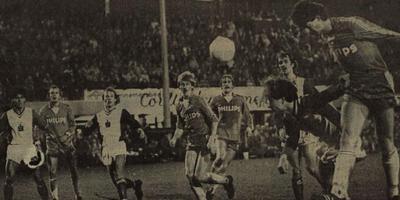 PSV'er Ernie Brandts (rechts) sticht met het hoofd voor gevaar. FC Emmen verloor het bekerduel in 1982 met 7-1.
