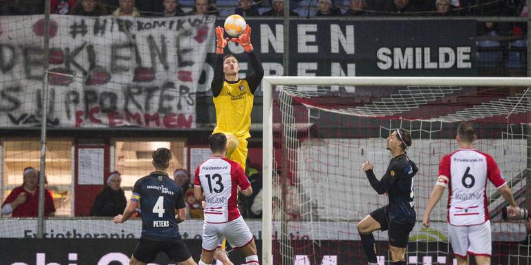 FC Emmen-keeper Kjell Scherpen gaat voor de bal tijdens de wedstrijd tegen Willem II. Foto: ANP Pro Shots
