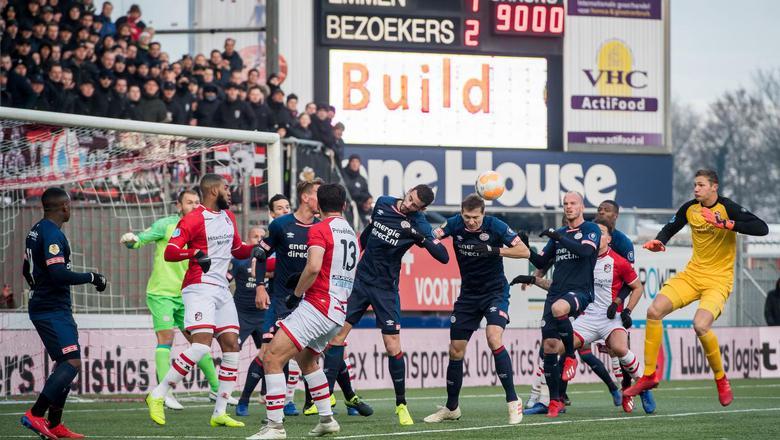 Emmen-doelman Kjell Scherpen van Emmen is meegekomen naar het strafschopgebied van PSV.