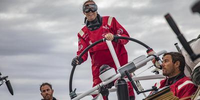 Annemieke Bes stuurt de boot van team Scallywag over de oceaan. Jeremie Lecaudey/Volvo Ocean Race