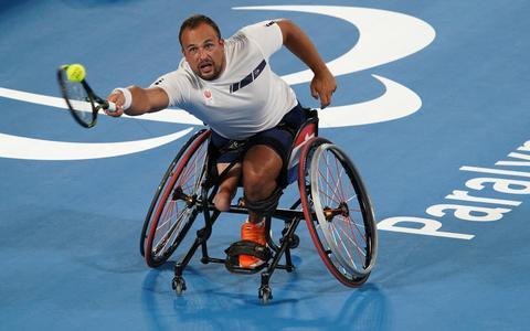 Tom Egberink retourneert de bal op de Paralympische Spelen.