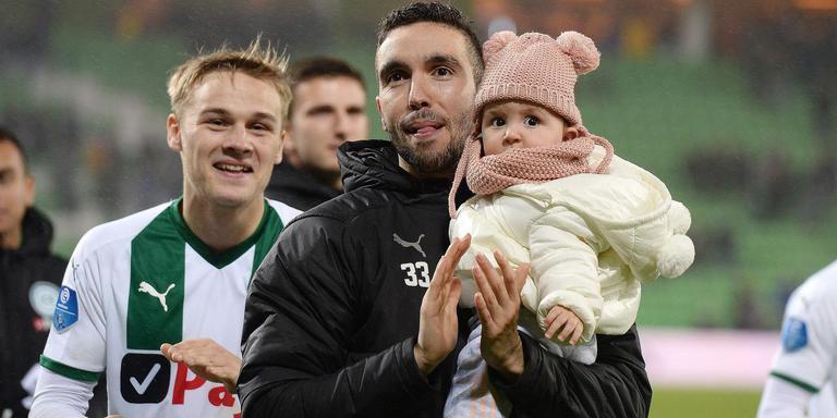 Mimoun Mahi, hier met dochtertje Lana Sophia, lijkt het seizoen gewoon af te maken bij FC Groningen, waarna hij transfervrij kan vertrekken. Foto: ANP