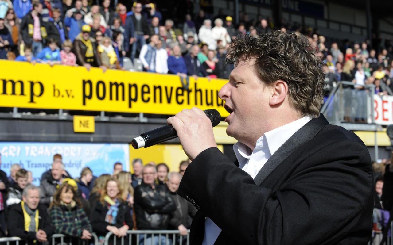 Theo Driessen in 2013, toen hij zich tijdens een benefietconcert inzette voor de redding van SC Veendam.
