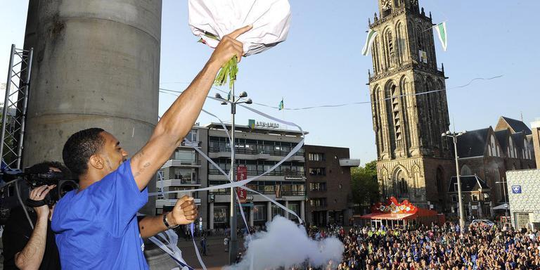 De Groninger basketbalheld Jason Dourisseau tijdens de huldiging in 2014 op de Grote Markt. Foto archief DvhN