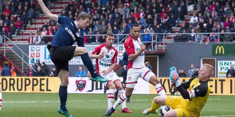 FC Emmen-doelman Dennis Telgenkamp voorkomt dat Robert Mühren kan scoren.
