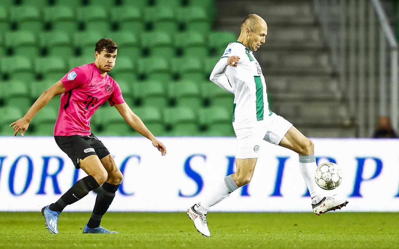 Arjen Robben deed zondag een kwartiertje mee tegen FC Utrecht, maar kon zijn club in die korte tijd niet aan een overwinning helpen. Links Justin Hoogma.