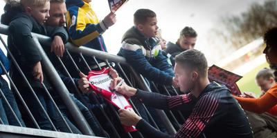 Van doelman Kjell Scherpen worden ook handtekeningen op shirtjes van zijn club FC Emmen verwacht. Foto: Hilbrand dijkhuizen