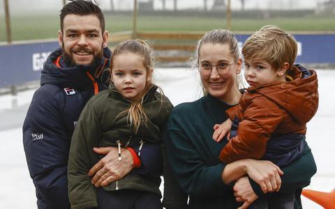 Shorttracker Sjinkie Knegt met vriendin Fenna, dochter Myrthe en zoon Melle.
