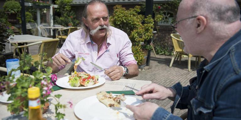 Boud Erbé (links) druk in gesprek met verslaggever Sjoerd Jansen. Foto Jaspar Moulijn