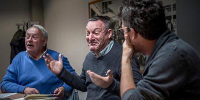 Bondscoach Ron Jans wordt tijdens een vergadering over de semi-interland geflankeerd door organisatielid Wim Mensen (l) en Harm Vonk, chef sport van Dagblad van het Noorden. Foto Corné Sparidaens