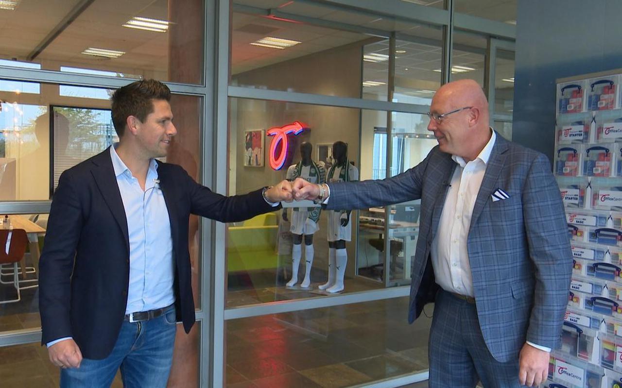 Wouter Gudde (links) en Frans Davelaar bezegelen het partnerschap dat FC Groningen en Office Centre voor onbepaalde tijd met elkaar aangaan.
