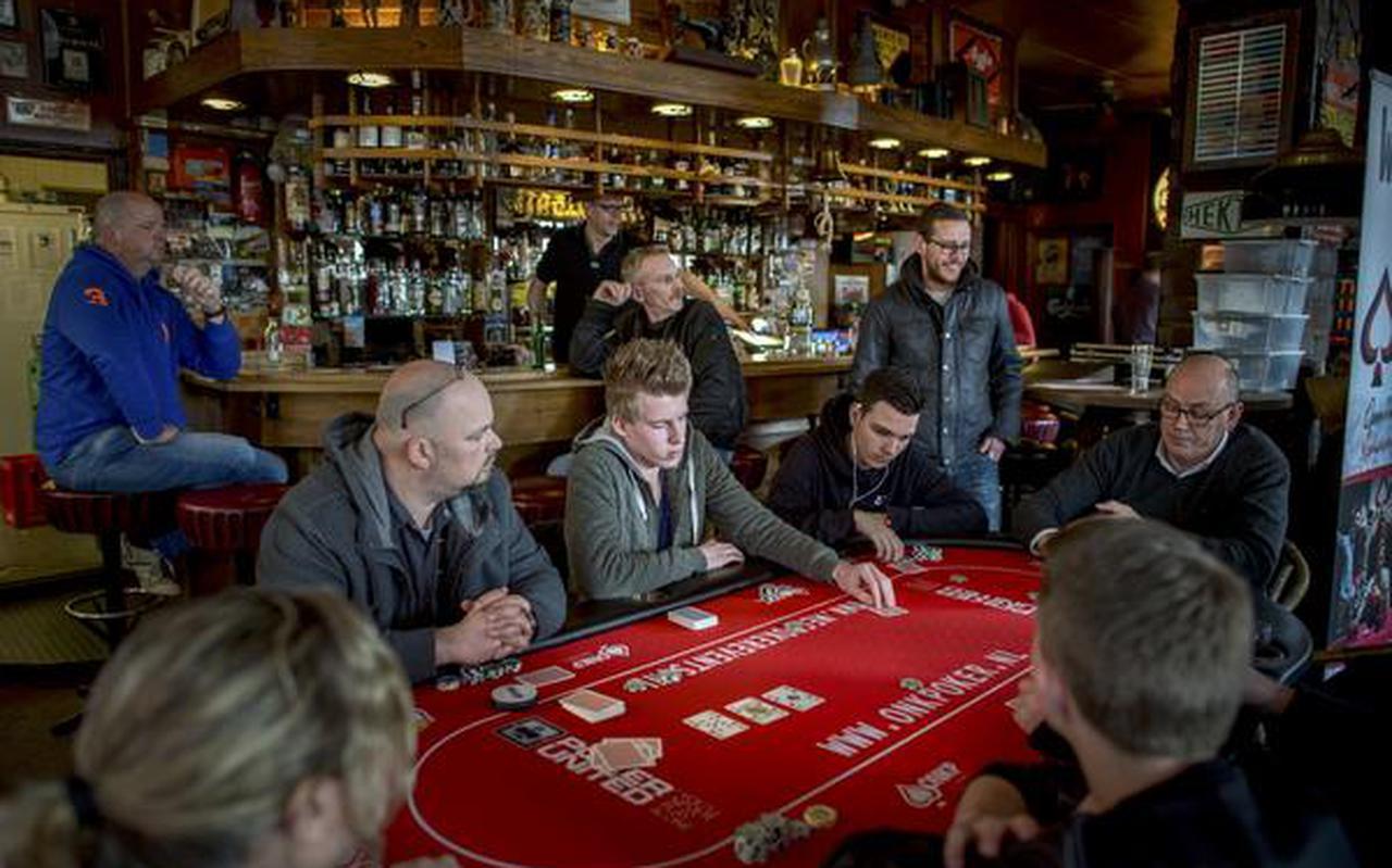 Opperste concentratie en 'pokerfaces' tijdens het Open NK poker in Café Centrum in Delfzijl. FOTO CORNÉ SPARIDAENS