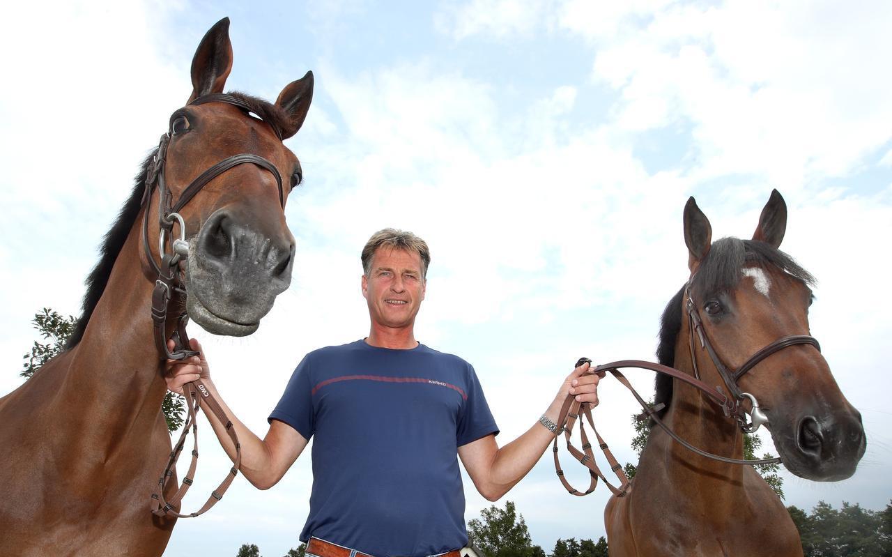 Marc Houtzager met de twee paarden waarmee hij aan het NK meedoet: Sterrehof''s Dante (links) en Sterrehof's Edinus.