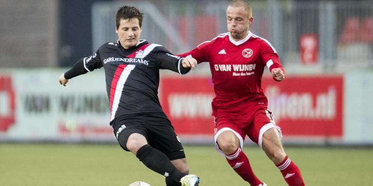 FC Emmen-speler Tom Overtoom (links) duelleert met Ricardo Kip. FOTO PRO SHOTS/JASPER RUHE