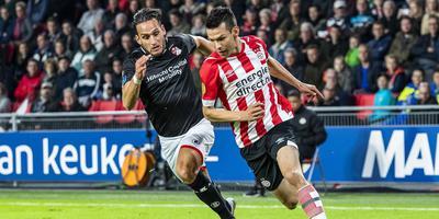 PSV-aanvaller Hirving Lozano (r) is Gersom Klok van FC Emmen te vlug af. Foto ANP