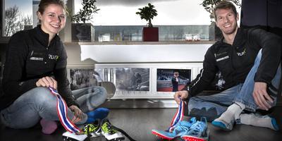 Suzanne Voorrips en Thijmen Kupers met hun gouden medailles: We werden binnen tien minuten allebei Nederlands kampioen. Dat maakt het nog eens extra speciaal.'' Foto: Peter Wassing