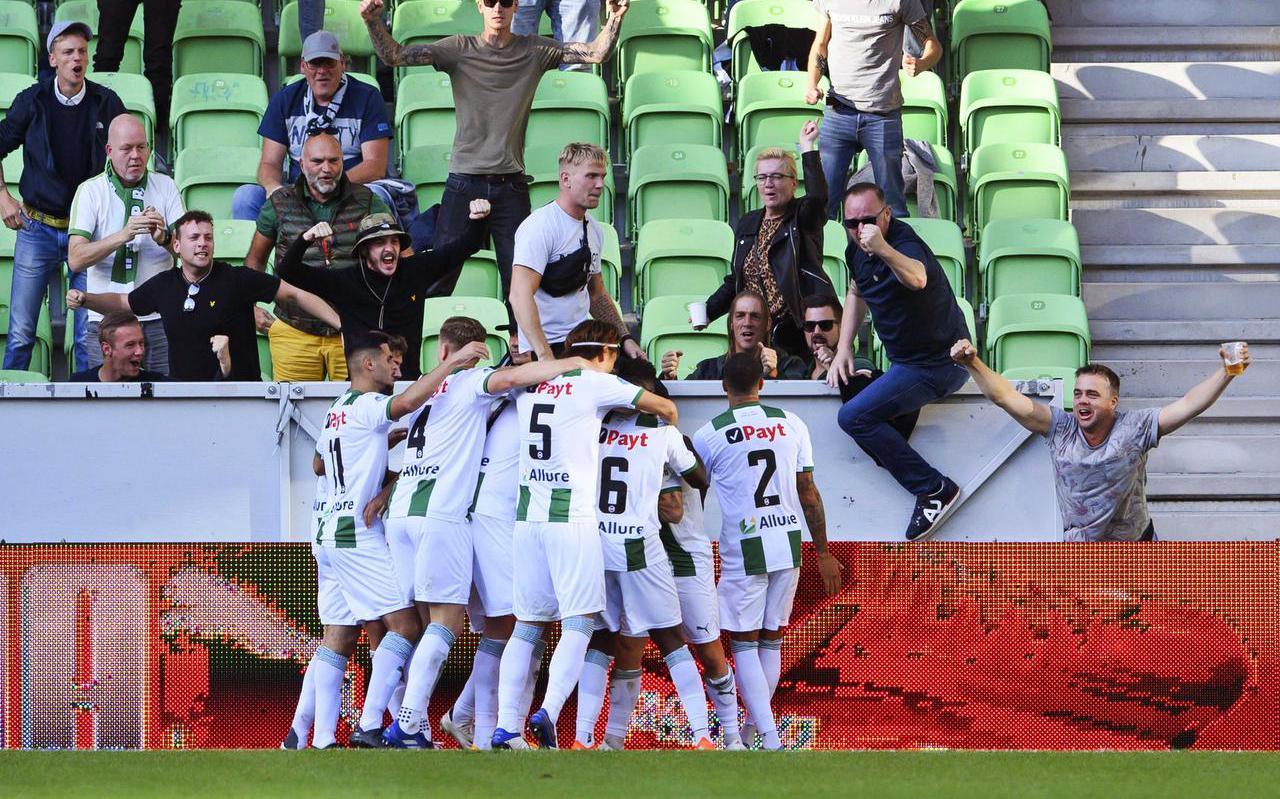 Tomas Suslov heeft de 1-1 gemaakt voor FC Groningen en wordt door zijn medespelers besprongen.  foto ANP