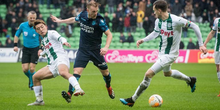 Ritsu Doan van FC Groningen, Max Clark van Vitesse en Mike te Wierik van FC Groningen. Foto: VI Images