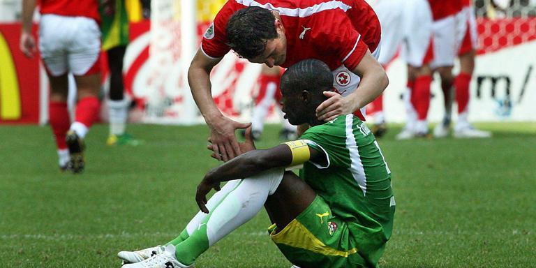 Zwitserland-speler Alexander Frei troost Massamasso Tchangai van Togo na een met 2-0 verloren wedstrijd tijdens het WK in 2006. Foto: EPA/Roland Weihrauch