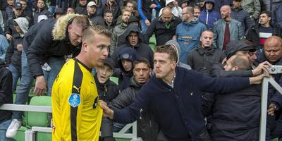 FC Groningen-keeper Sergio Padt biedt de supporters een luisterend oor na de met 3-1 verloren wedstrijd tegen AZ. Foto ANP Pro Shots