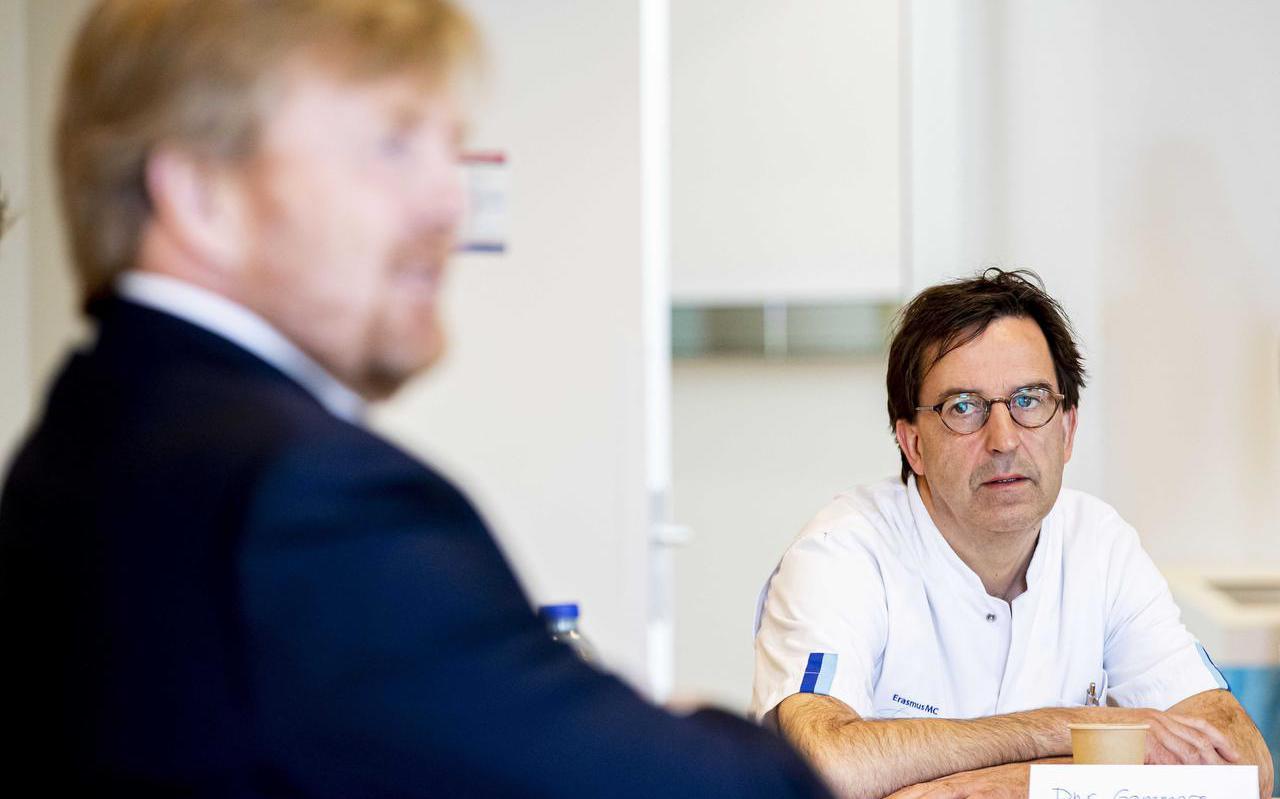Koning Willem-Alexander en Diederik Gommers tijdens een bezoek aan het Landelijk Coordinatiecentrum Patienten Spreiding (LCPS) in het Erasmus MC.