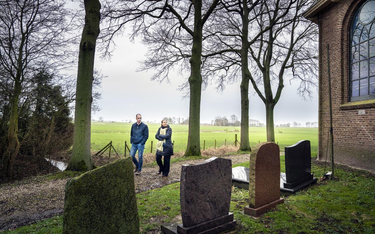 Gerko Last en Patty Wageman bezoeken het kerkje en de begraafplaats van Augsbuurt.