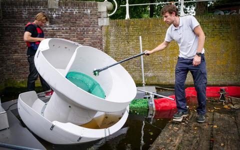 Acht weken lang is er in de Leeuwarder grachten een zogenaamde 'Canal Cleaner' aan het werk. Het apparaat haalt plastic afval uit de grachten.