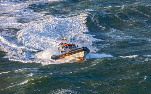 Een reddingsboot van de KNRM tijdens de zoekactie, die om 17:55 maandagmiddag werd gestaakt.