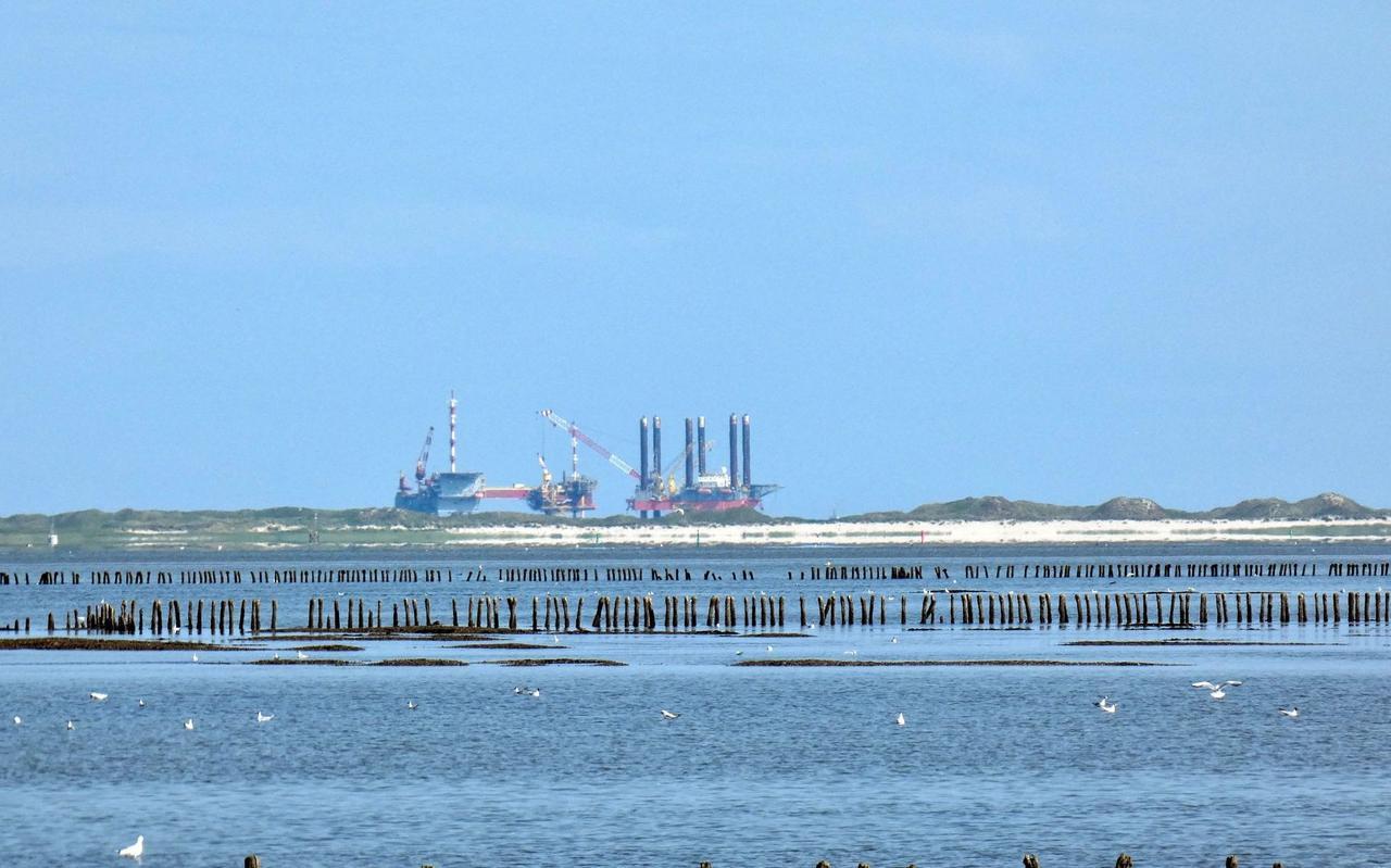 Links het productieplatform Ameland-Westgat, rechts de Seafox 4, gefotografeerd vanaf de zeedijk bij ternaard.
