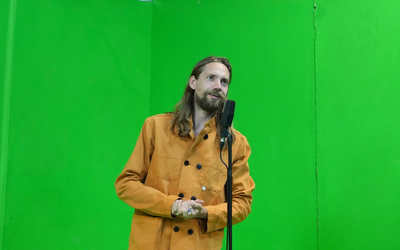 Nineties Productions-acteur Yannick Noomen voor een 'green screen'.