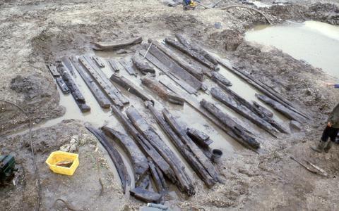 Middeleeuwse houten balken die mogelijk voor de kerk in Franeker waren in een weiland bij Almere.