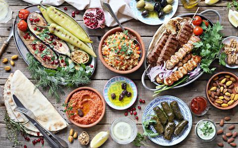 In het Middellandse Zee gebied eten mensen veel groenten, fruit, peulvruchten, noten, olijfolie en vis.