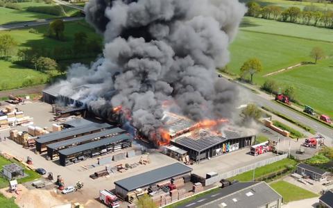 Grote loods en woonhuis verloren gegaan bij grote brand bij Van der Wal Hout in Noardburgum
